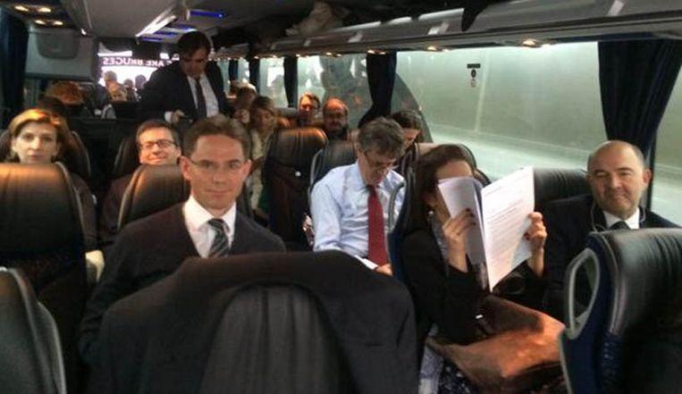De leden van de Europese Commissie genieten van de luxueuze zetels in de spelersbus van Club Brugge.
