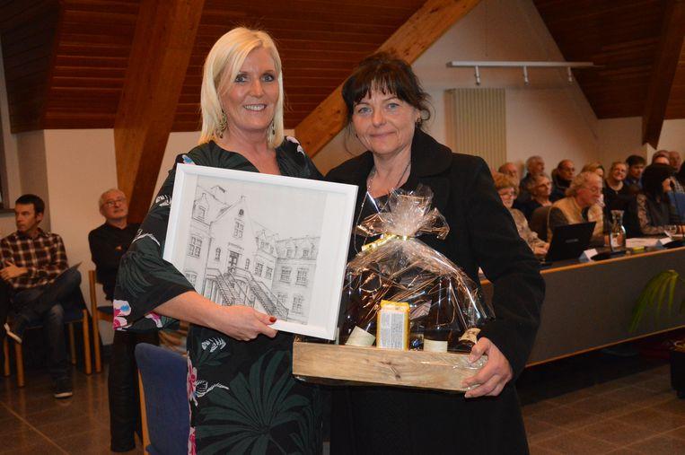 Eregemeenteraadslid Astrid De Winne met burgemeester Veerle Baeyens.