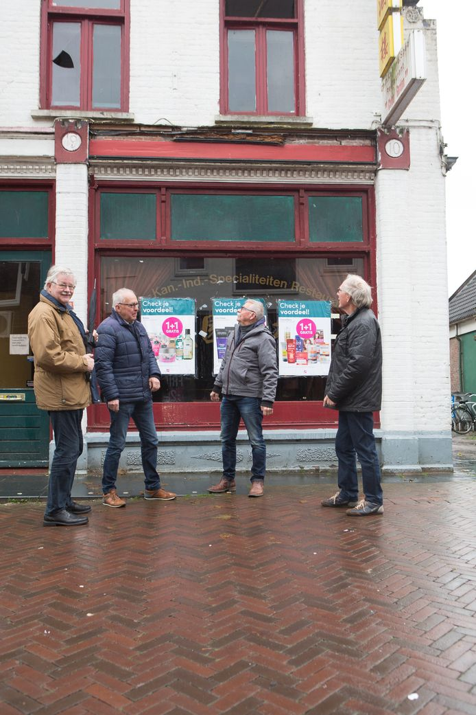 Van links af Piet van Weerden, Hendrik Jan Olsman, Henk Brink en Harry Hindriks  voor het oude jugendstilpand in de Voorstraat in Hardenberg. De sloopt begint in de derde week van januari.