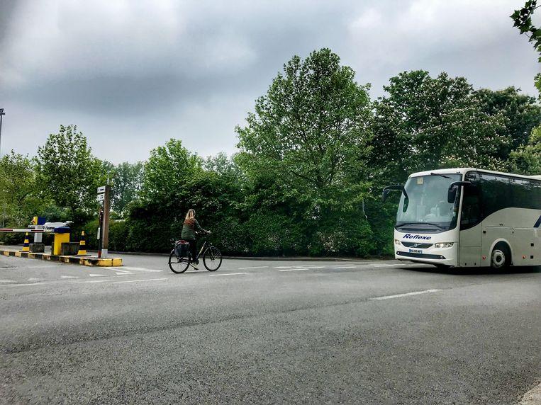 Het ongeval gebeurde langs de Bargeweg waar autobussen afslaan richting parking