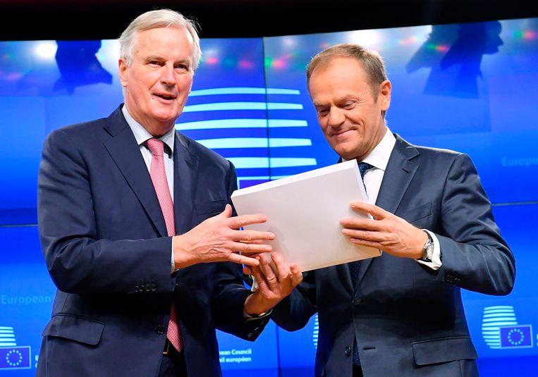 Michel Barnier (l) overhandigt de brexitdeal aan Donald Tusk.