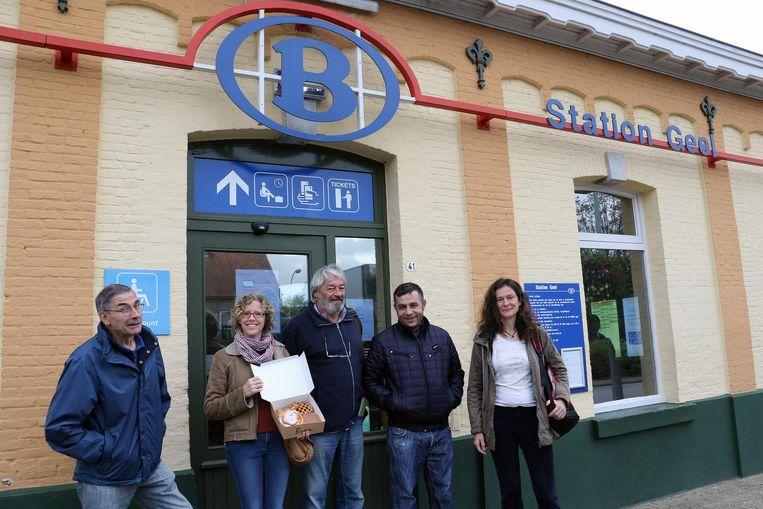 Greet Daems met een doos koffiekoeken en medestanders voor het station in Geel.