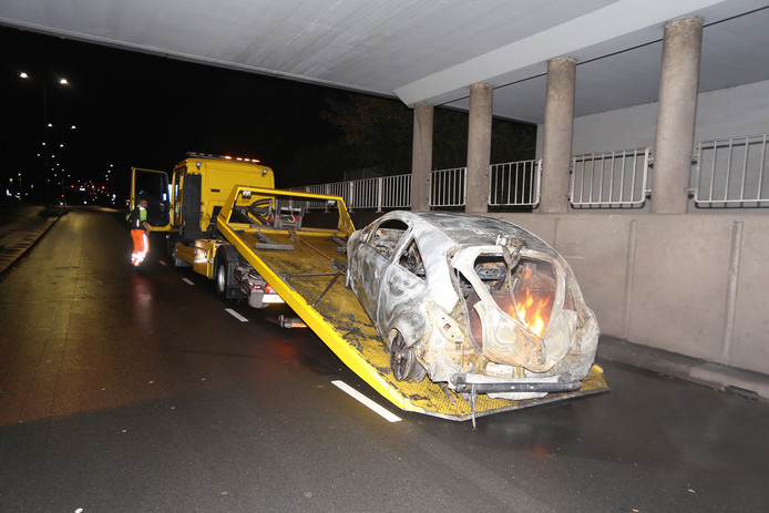 De auto vatte opnieuw vlam.