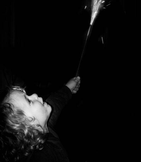 In Groesbeek genoten kinderen als Melle (3) van bescheiden vuurwerk