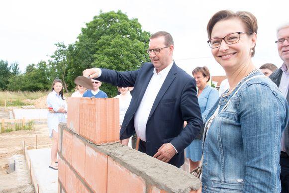 """""""De nood aan sociale woningen blijft groot"""", zeggen Stefaan Vercamer en Jeanique Van Den Heede van Sociale Huisvestingsmaatschappij Vlaamse Ardennen."""