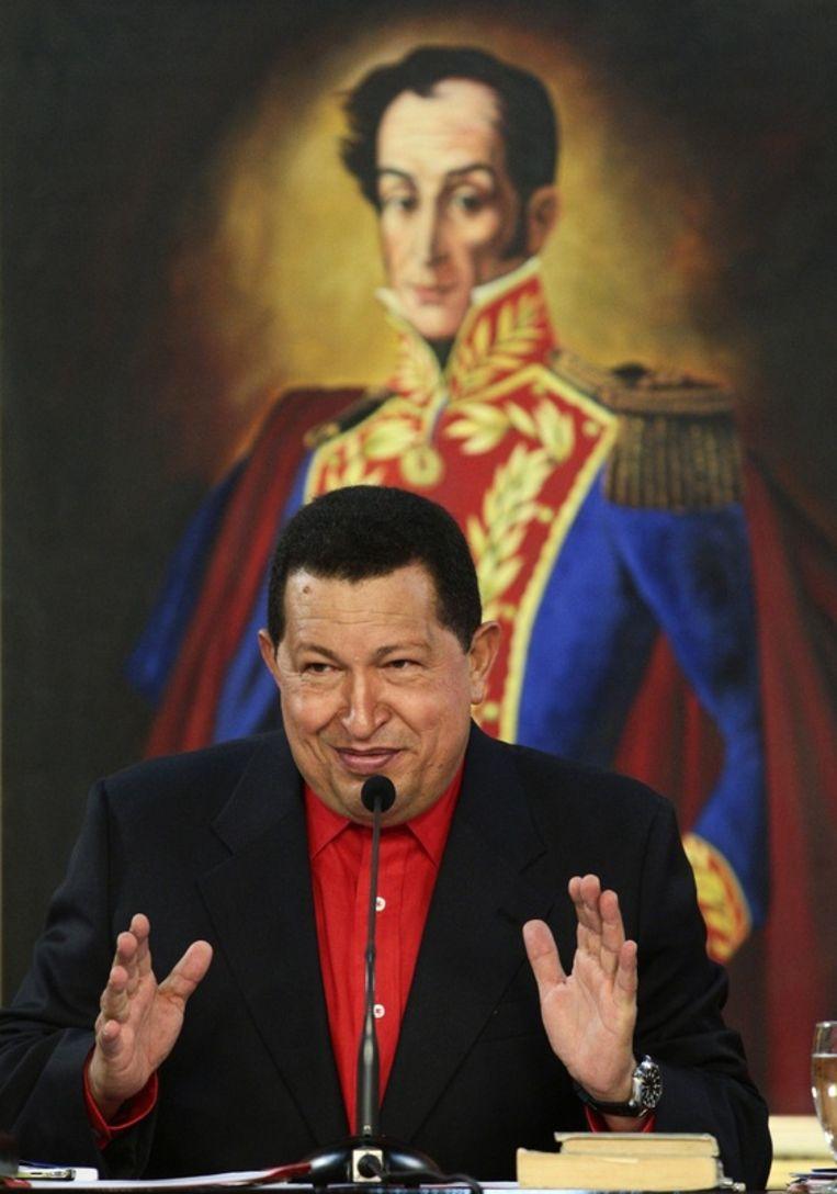 Hugo Chavez met op de achtergrond een beeld van Simon Bolivar.