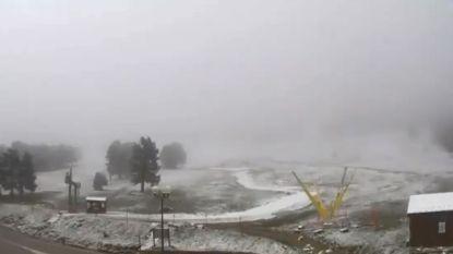 Het is winter op Mont Ventoux: reus van de Provence bedekt met laagje sneeuw