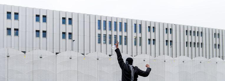 Een demonstrant bij detentiecentrum Schiphol Beeld anp