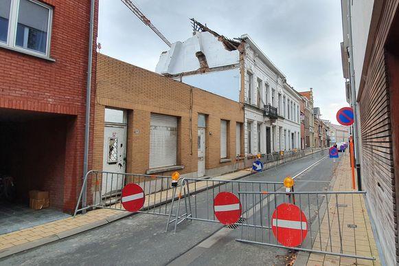 De Walburgstraat blijft afgesloten tot er een onderzoek is gevoerd naar de stabiliteit van het pand.