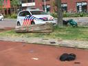 Laptops en mobiele telefoons liggen voor het oprapen aan de rand van de Beneluxlaan. De scooter op de achtergrond is een van de vluchtscooters van de daders.