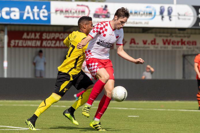 De beoogde nieuwe Kozakken Boys-spits Teije ten Den (rechts) wordt op de huid gezeten door Sparta Nijkerk-doelman Gino Coutinho.