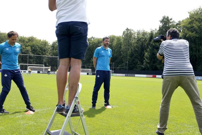 PSV-trainer Mark van Bommel poseert voor een foto tijdens de fotopersdag.