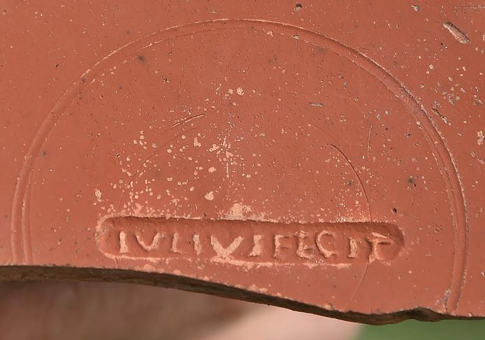 De pas gevonden potscherf met de tekst 'Julius fecit'.