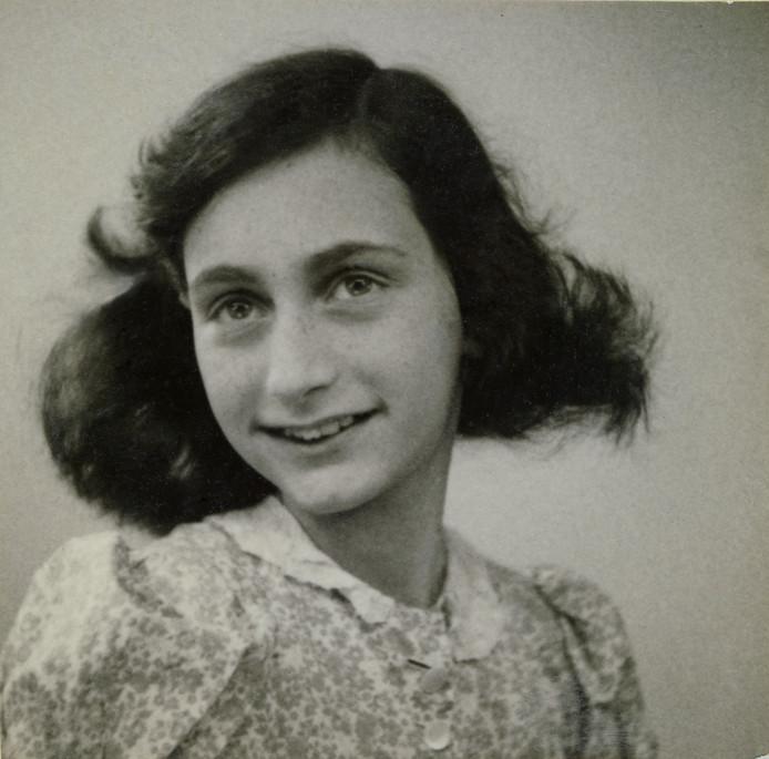 Pasfoto van Anne Frank uit mei 1942.