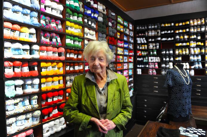 Annie Mes, 96 jaar en nog steeds aan het werk: 'Al mijn vriendinnen zijn er niet meer. Dan is het heerlijk om nog te kunnen werken.'