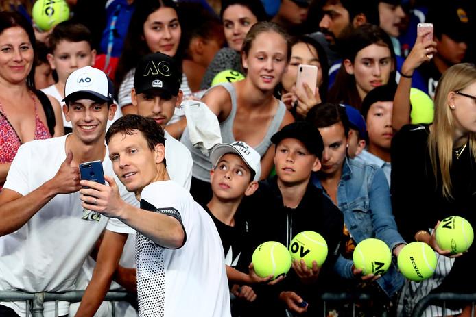 Tomas Berdych maakt een selfie met een fan.