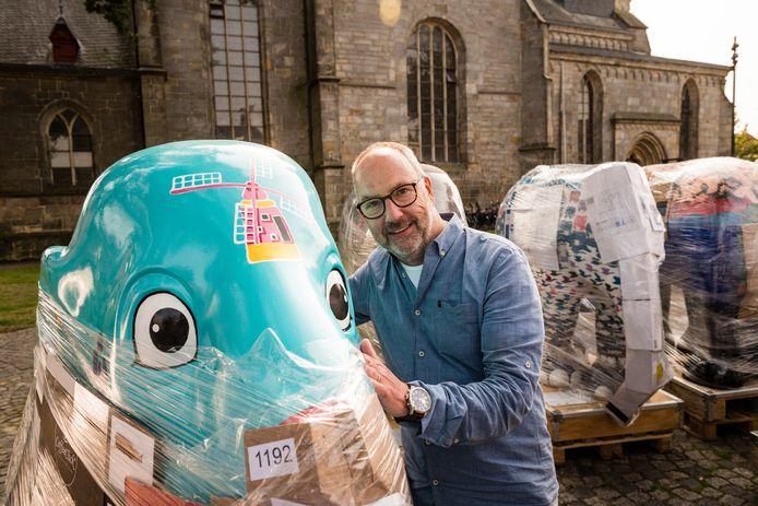 Initiator Jeroen Enkelaar tussen de olifanten in het kader van de kunstexpositie Elephant Parade.