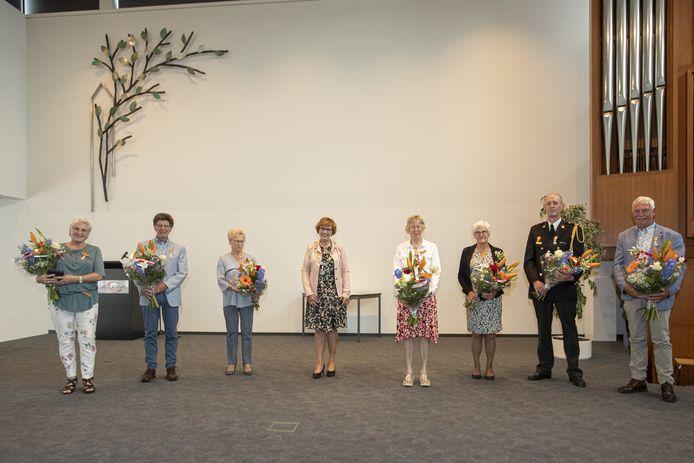 Zeven inwoners van de gemeente Hellendoorn kregen vrijdagmiddag alsnog een koninklijke onderscheiding uitgereikt door burgemeester Anneke Raven.