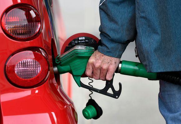 Voor zowel benzine als diesel komt er vanaf morgen zowat 5 cent per liter bij.