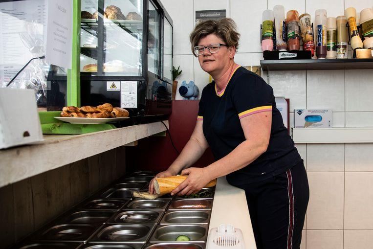 """Sylvia Van den Bossche heeft sinds september haar broodjeszaak. """"Er moeten inspanningen komen om weer meer handelszaken in de Kerkstraat te hebben. Dat is goed voor iedereen"""", zegt ze."""