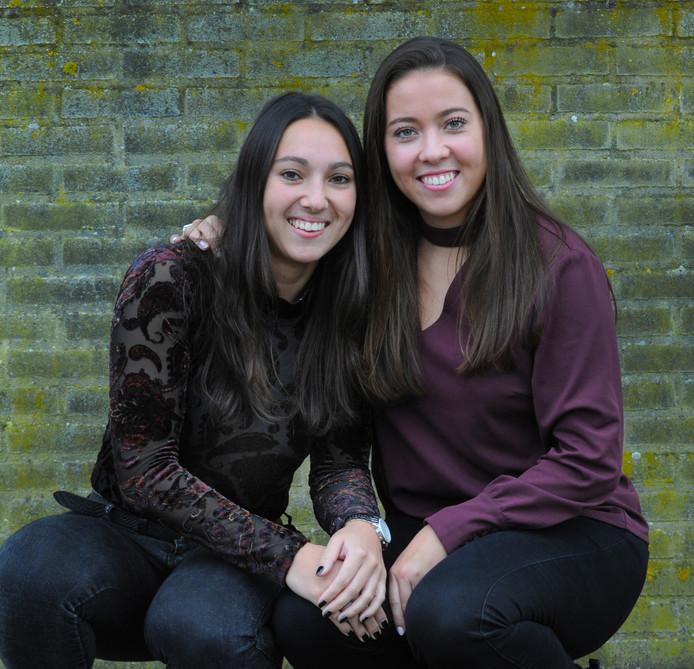 Naomi (links) en Aïsja Zuidweg, twee zussen die aan de weg timmeren bij KZ/Hiltex en Swift.