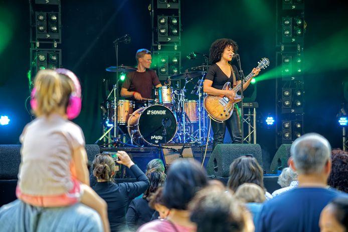 Breda Barst vorig jaar in het Bredase Valkenbergpark. Met de band Damé in actie op het Amstel Stage.
