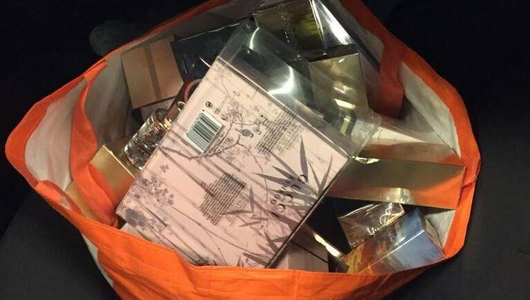 Een van de boodschappentassen vol gestolen parfum die de agenten aantroffen. Beeld Politie Amsterdam Nieuw-West