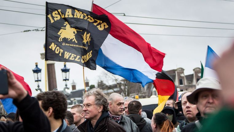 Een demonstratie van Pegida (Patriotistische Europeanen tegen de Islamisering van het Westen) bij het stadhuis in Amsterdam op 6 februari. Een paar honderd meter verderop was een tegendemonstratie van de SP. De politie moest enkele keren in actie komen om beide groepen uit elkaar te houden. Beeld photo_news