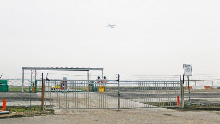 Het hek waardoor de overvallers reden om tot bij het vliegtuig te komen.