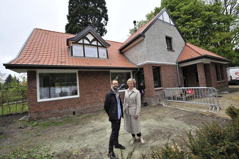 Toekomstig bewoner Bram Rammeloo en bestendig afgevaardigde Inga Verhaert voor de cottage.