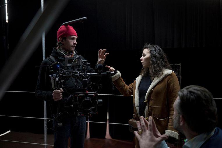 Marie Vinck in gesprek met een van de cameramannen die het hele spektakel filmen.