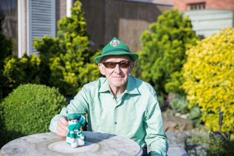 Eugene Verheyen (73) met zijn kleine mascotte van de ploeg.
