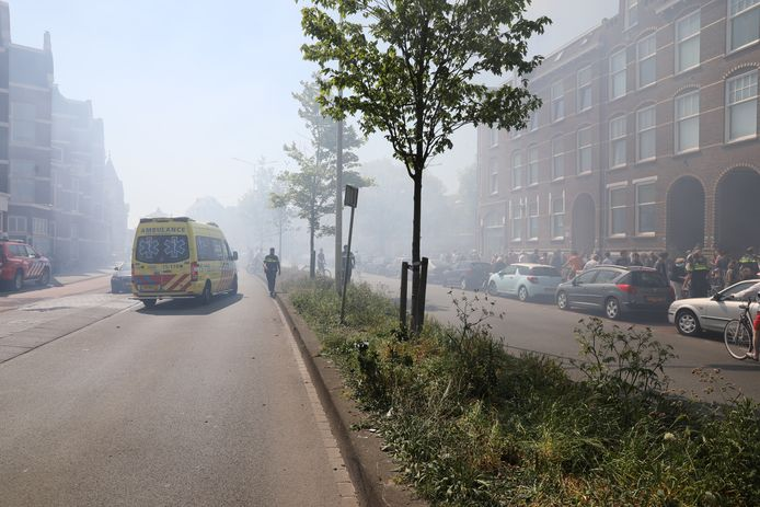 De rook afkomstig van de brand verspreidde zich door straten in de omgeving van de Voltastraat.