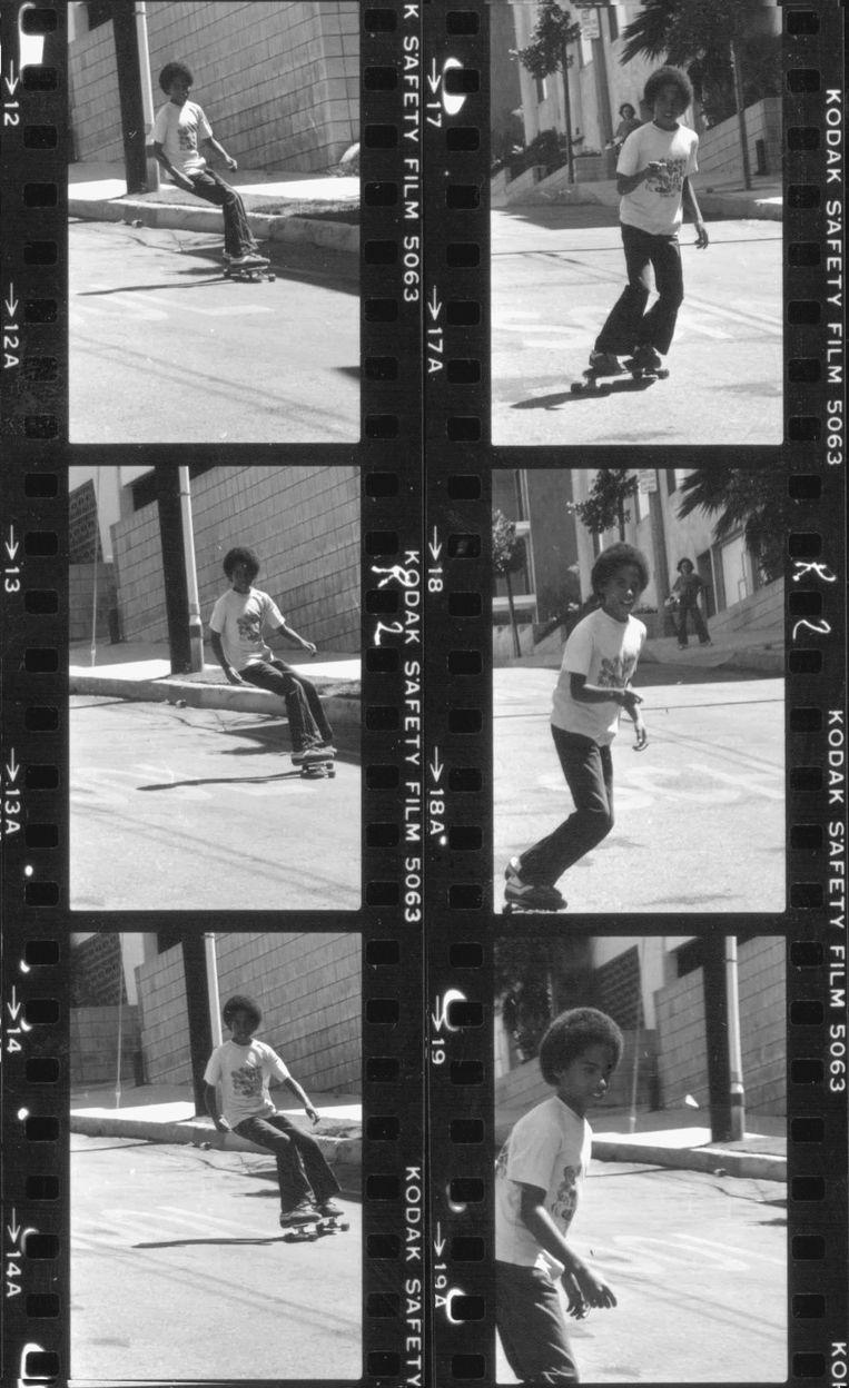 Lenny Kravitz skateboardend in Los Angeles. Beeld Lenny Kravitz