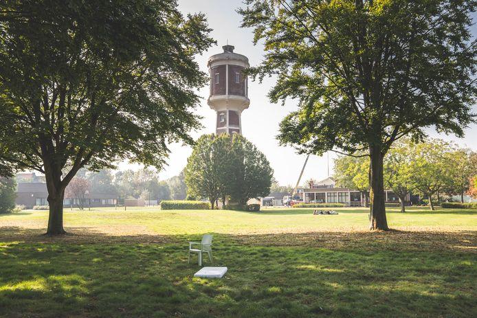 De tuin van het Guislain met de iconische watertoren.