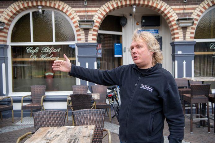 """Hans van Lingen van De Herberg wil graag het terras voor zijn café overkappen, maar dan wel permanent. ,,Anders is het een forse investering."""""""
