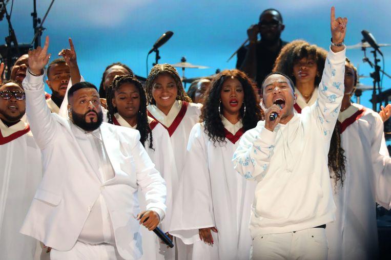 John Legend en Dj Khaled (L) brengen samen met een gospelkoor een eerbetoon aan Nipsey Hussle.