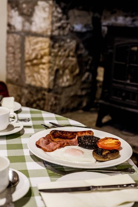 Ontbijtje: spek, eieren, worst, tomaat en black pudding.