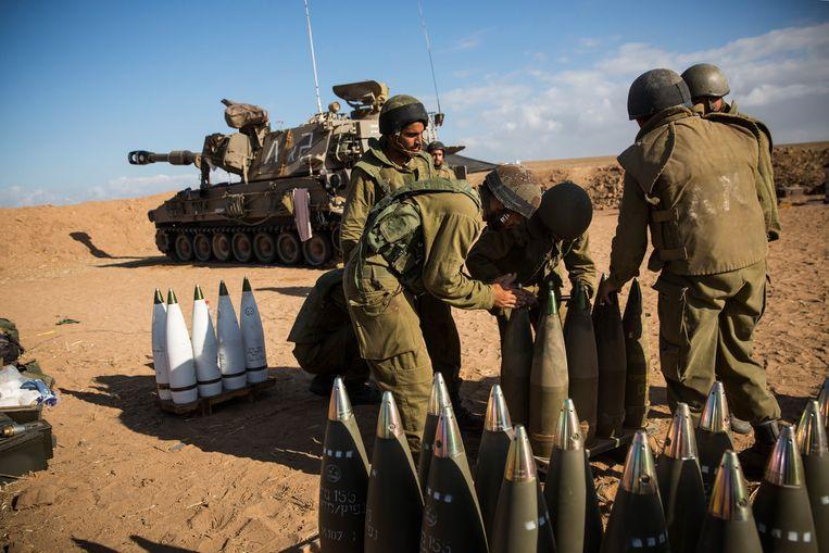 Israëlische soldaten zetten hun munitie klaar. Beeld getty