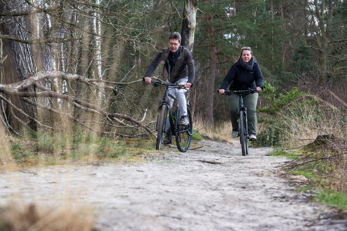 Omdat het lekker weer wordt maar alle evenementen zijn afgelast, maken veel mensen een boswandeling bij de Hut van Mie Pils in Waalre. Wendy van Leeuwen en Robert van Leeuwen (foto) testen hun nieuwe fietsen.