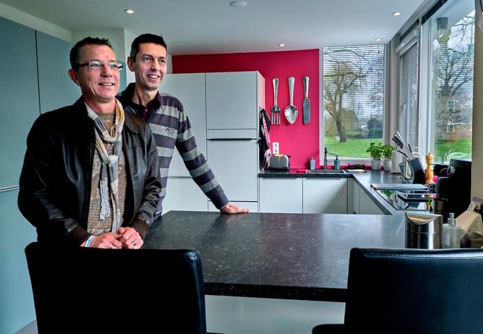 Martijn de Rijke (links) en John Herrewijn lieten voor de verbouwing van hun huis alleen de buitenwanden staan. Het resultaat is een modern stulpje geworden.