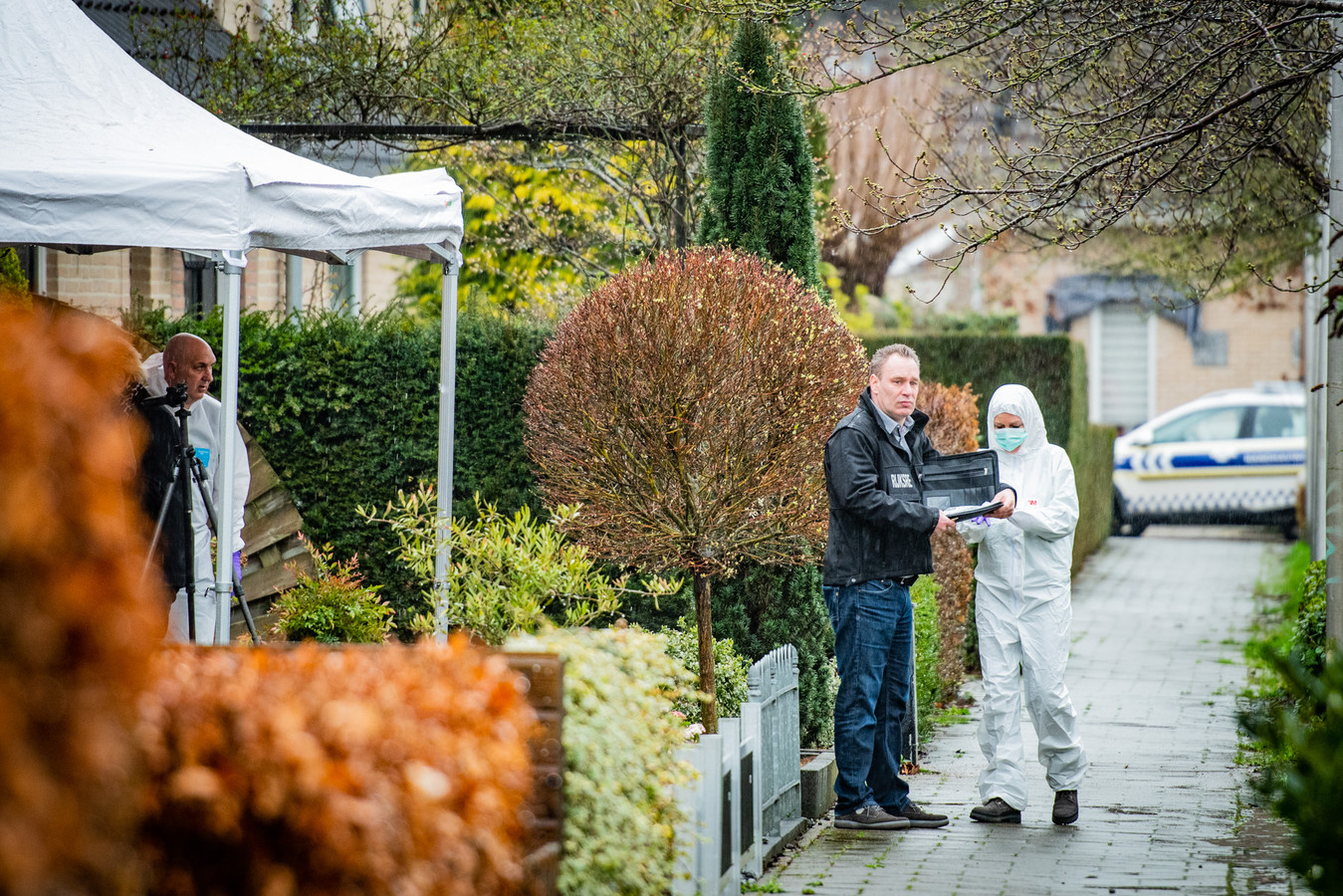Forensische recherche opsporingsdiensten doen onderzoek bij de woning
