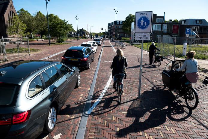 Op het trottoir van de onlangs heringerichte Castellumlaan in De Meern is nu een provisorisch fietspad geverfd.