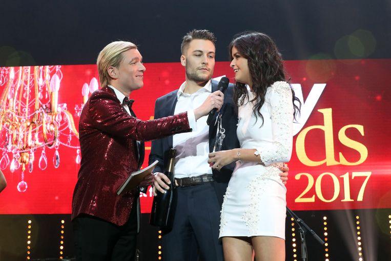 Viktor Verhulst met zijn voormalige partner Marthe De Pillecyn op het podium van de Story Showbizz Awards.