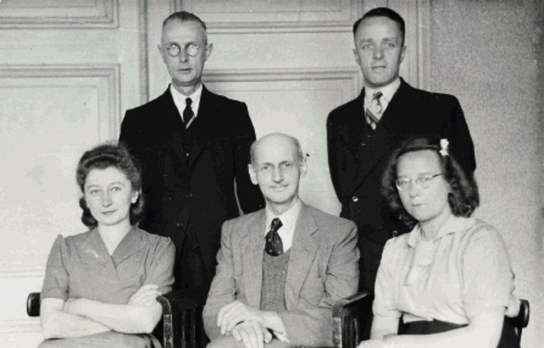 Op deze foto uit 1945 zitten op de voorste rij, van links naar rechts: Miep Gies, Otto Frank en Bep Voskuijl. Achter hen: Johannes Kleiman (links) en Victor Kugler. ( FOTO AP, archief Anne Frank Huis) Beeld AP
