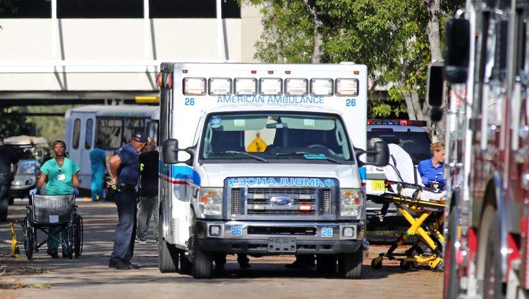 Patiënten worden uit het rusthuis in de Hollywood Hills in Florida geëvacueerd.