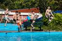 Zwembad De Schaeck in Twello is de komende mooie zomerdagen open, maar dat lukt lang niet alle zwembaden in deze regio.