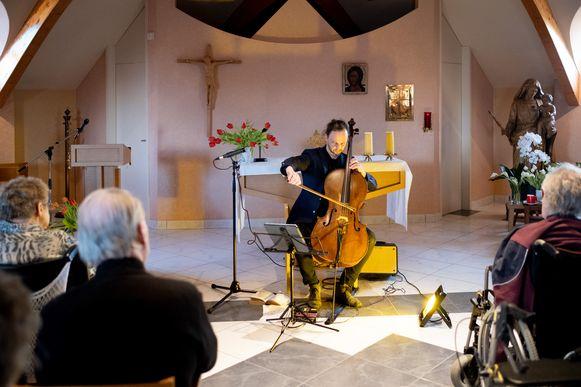 Cellist Benjamin Glorieux treedt op in de Kapel van Seniorencentrum OLV. De dochter van een bewoonster heeft dit optreden gewonnen als ' A Musical Gift' van het Musicafonds.