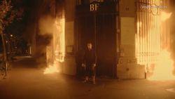"""Kunstenaar steekt bankkantoor in brand in hartje Parijs: """"Bankiers nemen plaats van koningen in"""""""
