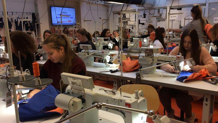 Ook vorig jaar zaten modestudenten uren achter een naaimachine. Beeld AMFI